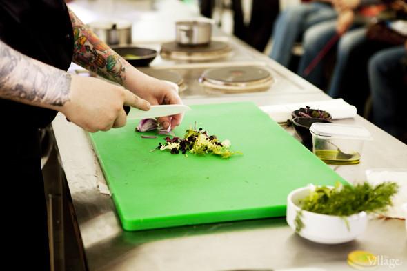 Omnivore Food Festival: Алекс Жилюк готовит картофельные оладьи с чёрной икрой и баллотин из ягнёнка. Изображение № 20.