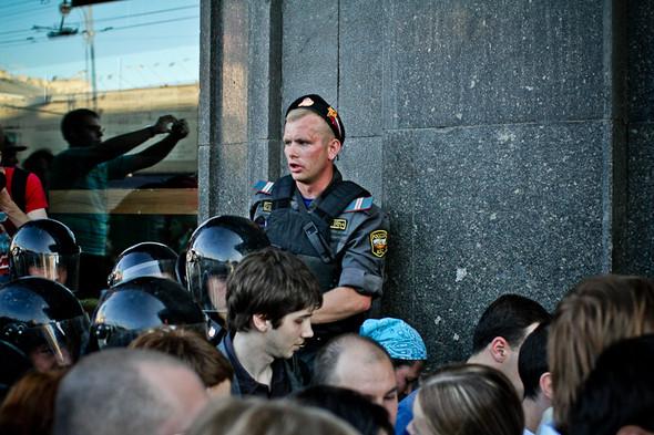Данный страж порядка спихивал людей, стоящих на парапетах.