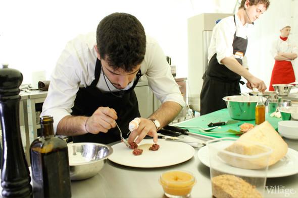 Omnivore Food Festival: Майкл Гринвольд и Симоне Тондо готовят орзотто из ячменя и тартар из голубя. Изображение № 13.