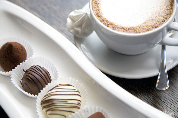 Ассорти из конфет ручной работы: черно-белый трюфель с ванилью, трюфель с ромом, конфета с курагой в белом шоколаде и конфета с марципаном и черносливом — 250 рублей
