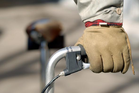 На Андрее шапка Nike, шарф Gant, дутая жилетка Penfield, перчатки и ботинки Timberland. Андрей катается на велосипеде по всему городу.. Изображение № 10.