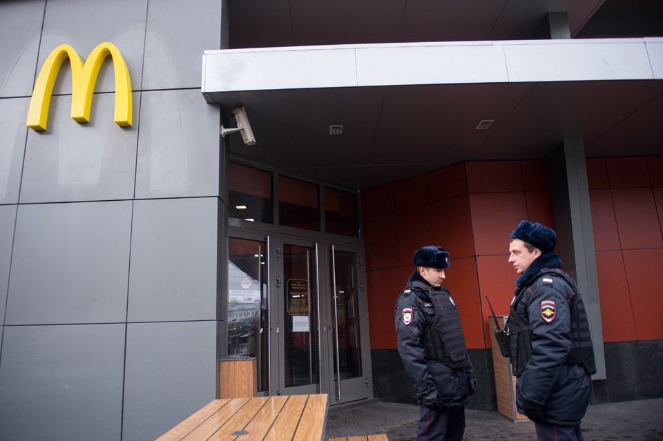 Очередь взакрытый «Макдоналдс» наПушкинской. Изображение № 5.