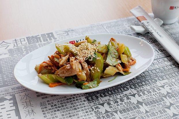 Тайваньский салат с курицей, овощами и кунжутным соусом . Изображение № 2.