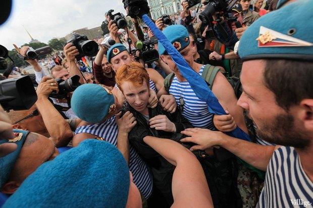 Фото дня: Десантники пытались избить гей-активиста на Дворцовой. Изображение № 3.