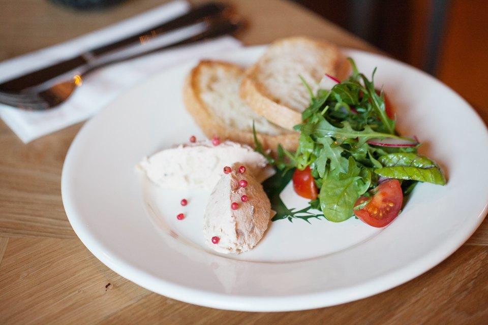 Паштет из копченого лосося с мини-салатом и хлебными гренками — 240 рублей . Изображение № 11.