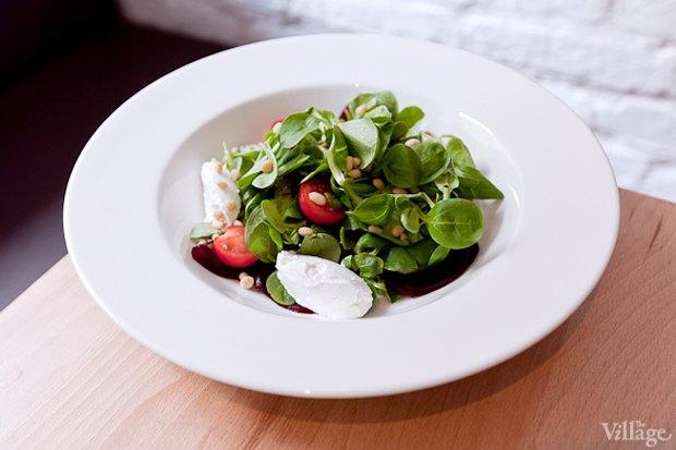Маш-салат с печёной свёклой, козьим сыром и кедровыми орешками — 280 руб. . Изображение № 22.