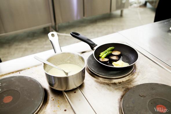 Omnivore Food Festival: Алекс Жилюк готовит картофельные оладьи с чёрной икрой и баллотин из ягнёнка. Изображение № 19.