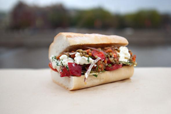 Вегетарианский сэндвич Po'Boy с чечевицей и греческим салатом