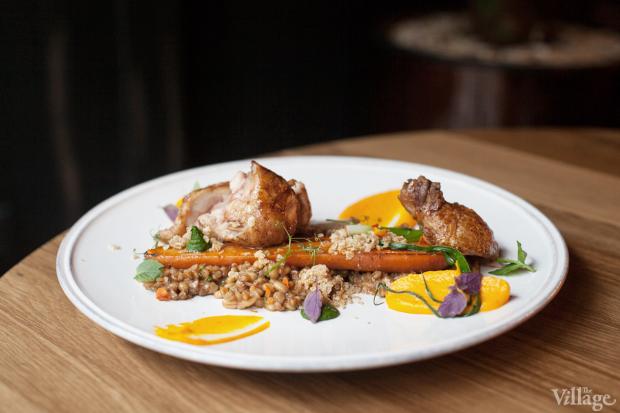 Фермерский цыплёнок с соусом бешамель из солода и трёхчасовой морковью конфи из меню «22.13». Изображение № 2.
