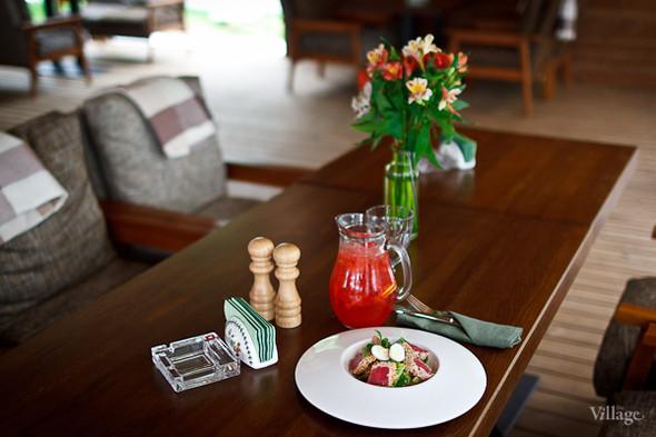 Салат с тунцом, обжаренным в азиатских специях — 380 рублей, домашний лимонад с клубникой — 450 рублей. Изображение № 31.