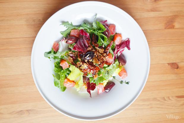 Зелёный салат с копчёным лососем, оливками и хрустящим луком — 224 рубля. Изображение № 28.