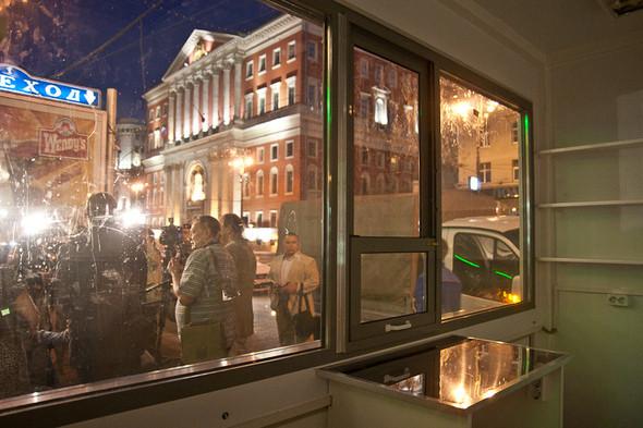 Изображение 46. Фоторепортаж: На Тверской улице появился первый ларёк нового образца.. Изображение № 11.
