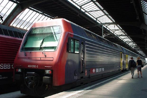 Re 450 — четырёхосный пассажирский электровоз железных дорог Швейцарии возит исключительно двухэтажные вагоны. Изображение № 7.