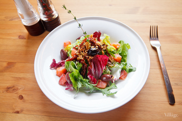 Зелёный салат с копчёным лососем, оливками и хрустящим луком — 224 рубля. Изображение № 27.