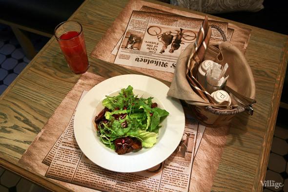 Теплая куриная печень с бальзамическим кремом на листьях салата романо — 290 рублей. Изображение № 21.