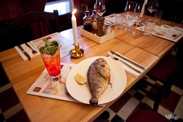 Дорадо, фаршированная чесноком и свежей зеленью, с шпинатом и итальянским картофелем — 980 рублей. Изображение № 24.