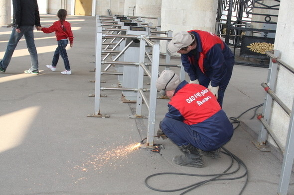 Демонтаж входных турникетов в парке Горького, 28 апреля 2011 . Изображение № 5.