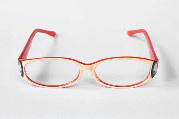 Если мы говорим про очки для постоянной носки или коррекции зрения, самое  важное — полностью почувствовать на себе оправу в момент примерки. 48b48eaea4d