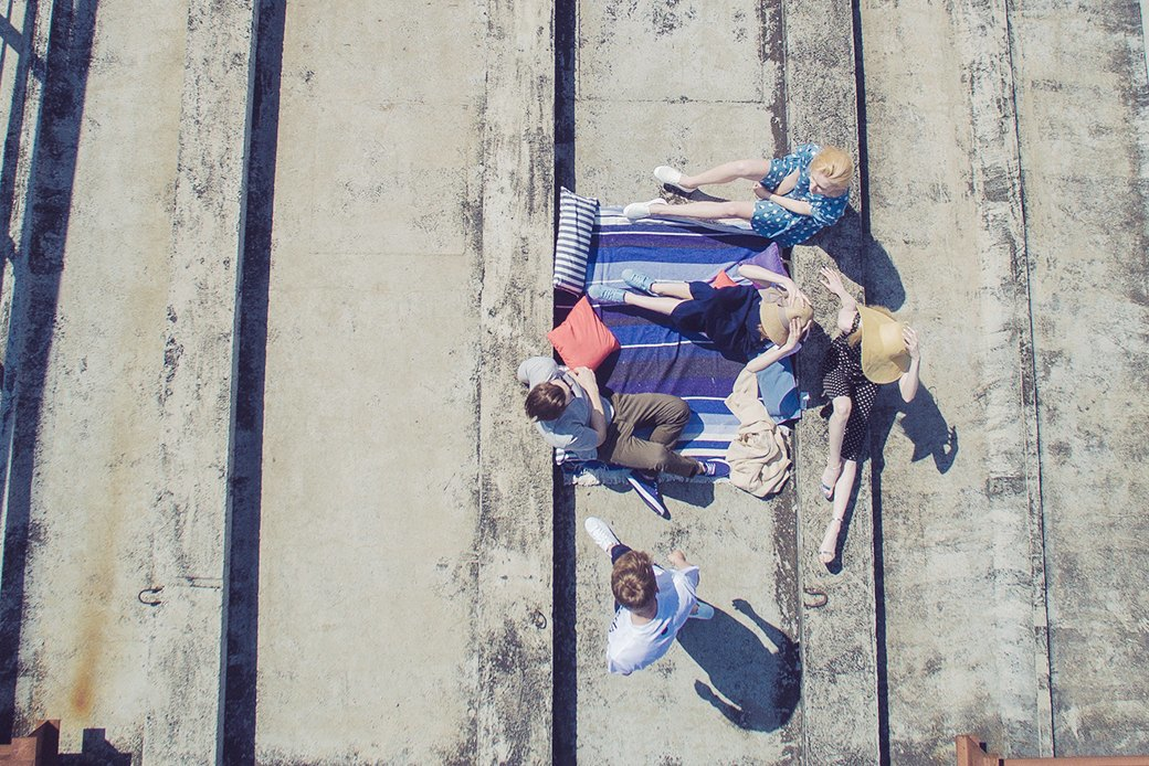 На уровне неба: 5 комплектов одежды для тёплых дней в Москве. Изображение № 7.