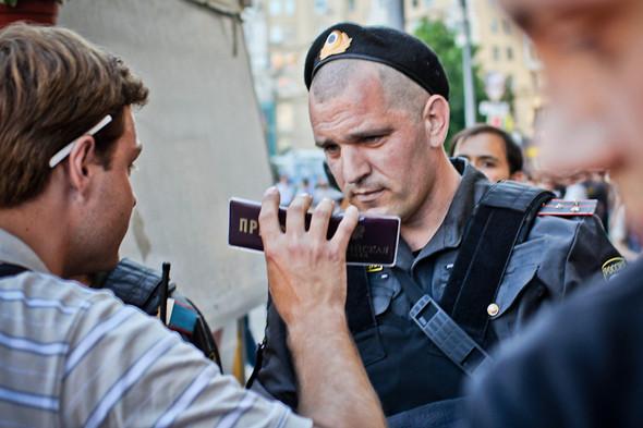 Пока обстановка под контролем, полиция проверяет у журналистов корочки и только после этого пропускает через ограждения.