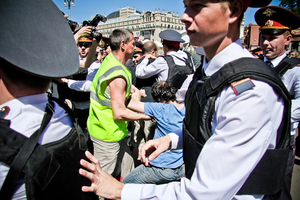 Вместе с полицейскими активно работают дружинники. Нарушители сопротивляются — стражи порядка начинают действовать грубее. Поступает приказ по рациям отталкивать зевак и журналистов, их удается оттеснить на несколько метров.. Изображение № 3.