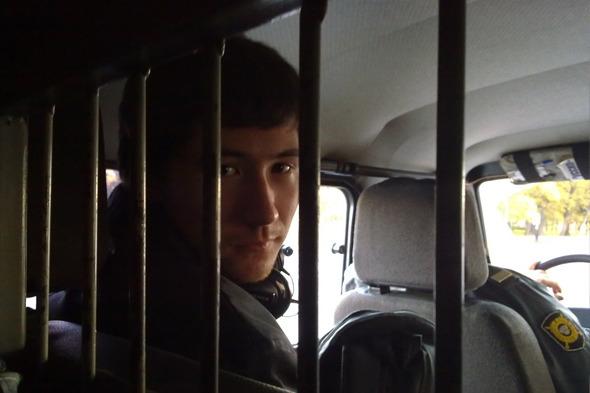 Подпись под фотографией: «Евгений Мироненко подверждает: лазать — плохо». Изображение № 5.