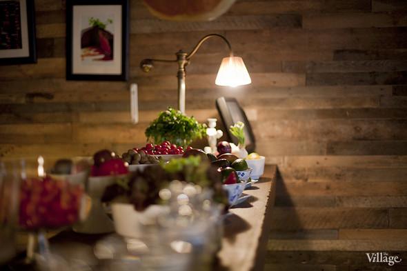 Вторая часть барной стойки в основном зале Kitchen отведена под «холодный цех». Здесь выставлены овощи, травы, сыры и колбасы, из них можно составить любое блюдо или купить их домой. Изображение № 28.