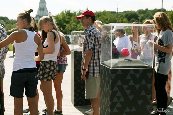 Рядом с лотком мороженого была организована небольшая выставка форм, из которых отливают мороженое. Изображение № 71.