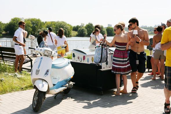 У мороженого разной формы разный вкус. Например, клюква с водкой — это «Маяковский», черника с лакрицей — «Дарт Вейдер», а мате с ромом — «Че Гевара». Изображение № 69.