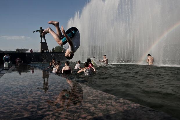 Как петербуржцы спасаются от жары. Изображение № 1.