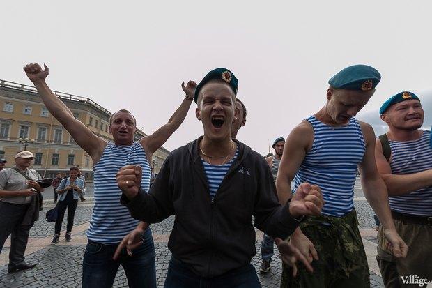 Фото дня: Десантники пытались избить гей-активиста на Дворцовой. Изображение № 15.
