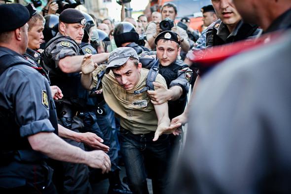 Первые выкрики «Россия без Путина!» — полиция начинает задерживать кричащих.