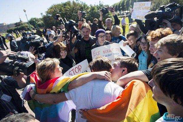 Фото дня: ЛГБТ-акция во время саммита . Изображение № 1.