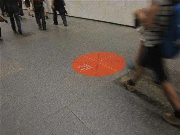 В петербургском метро появилась напольная реклама. Изображение № 2.