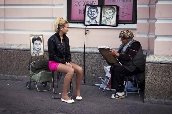 Художникам на Невском работы хоть отбавляй: красавиц, желающих запечатлеть себя на выпускном, много.