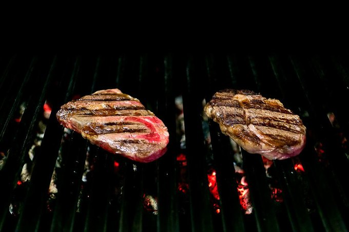 Слева направо: замороженный стейк, размороженный стейк. Изображение № 9.