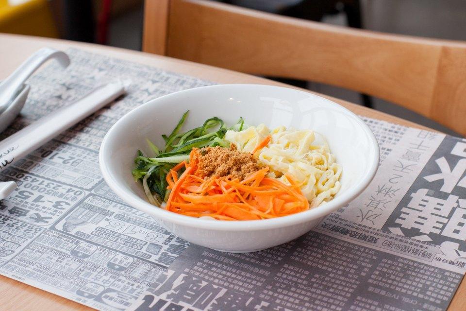 Пшеничная лапша с сырыми овощами и соусом из арахиса и кунжута. Изображение № 34.
