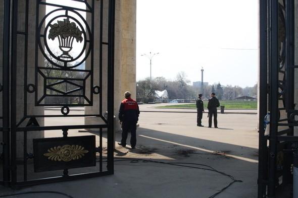 Демонтаж входных турникетов в парке Горького, 28 апреля 2011 . Изображение № 7.