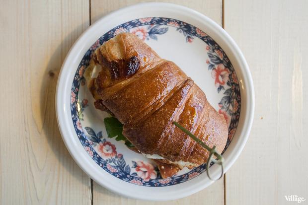 Сэндвич в круассане с моцареллой и вялеными томатами — 87 рублей. Изображение № 22.