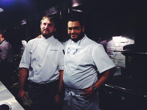 Уильям Ламберти на кухне «Уголька» с одним из поваров из своей команды. Изображение № 1.