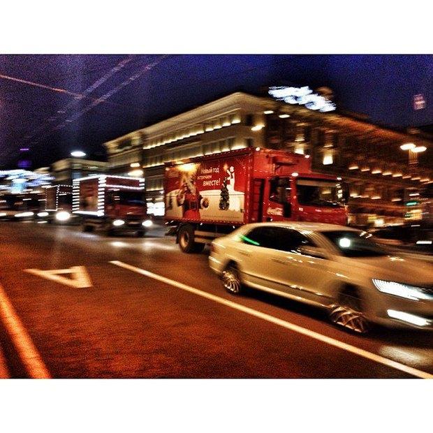 Новогодние грузовики Coca-Cola встали в пробку на Невском . Изображение № 1.