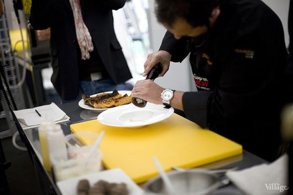 Жиль выкладывает на тарелку пюре из топинамбура и посыпает его белым перцем. Изображение № 27.