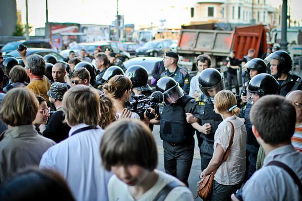 Ближе к концу митинга полиция получает приказ зачистить улицу. Однако остались только зеваки и журналисты. Приказ выполняют.