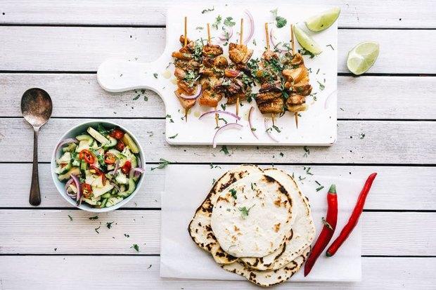 В саду «Эрмитаж» открылось летнее кафе LuckySouvlaki. Изображение № 2.