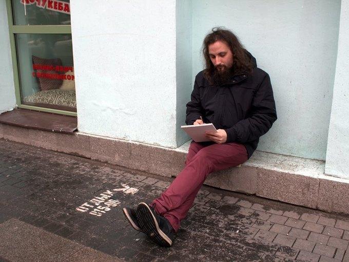 Художница сфотографировала мужчин рядом с надписями «Отдых 24часа». Изображение № 3.