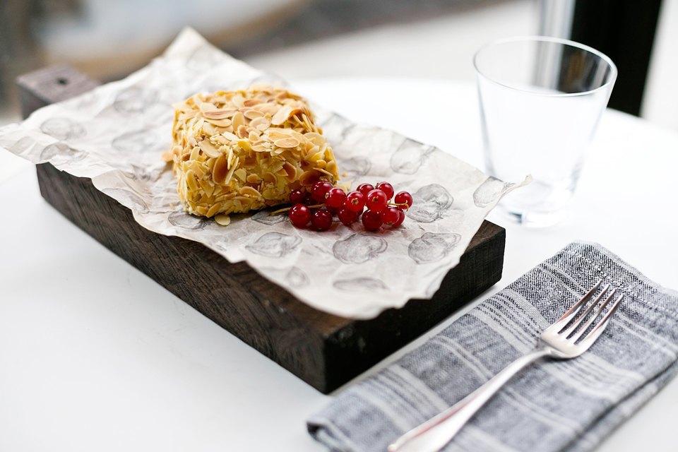 «Наш киевский торт» с орехами, миндалем и легким заварным кремом (290 рублей). Изображение № 23.