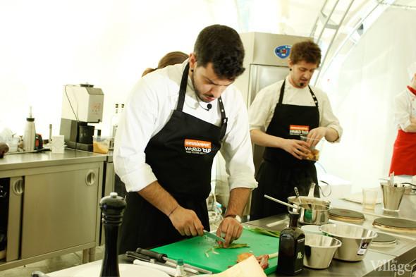 Omnivore Food Festival: Майкл Гринвольд и Симоне Тондо готовят орзотто из ячменя и тартар из голубя. Изображение № 9.