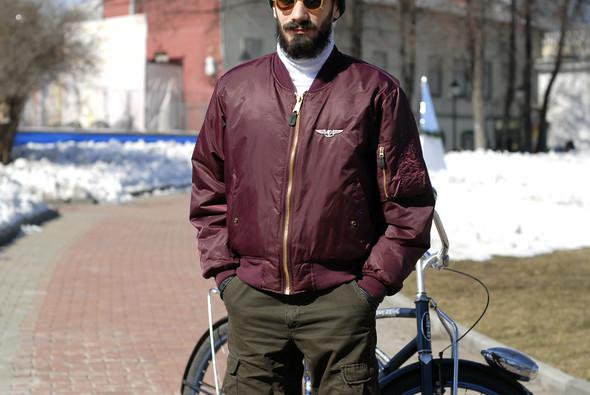 На Рудольфе штаны Carhartt, обувь Palladium, водолазка Uniqlo, кевларовые перчатки. Рудольф катается на велосипеде по всему городу. . Изображение № 6.