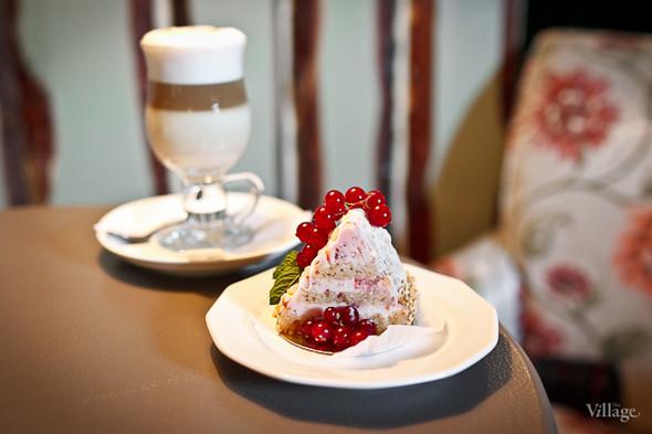 Капучино (140 рублей) и пирожное «Гранатовый браслет» (150 рублей). Изображение № 25.