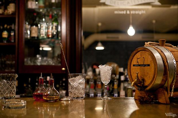 Засыпать льдом смесительный стакан и коктейльную рюмку. Изображение № 15.